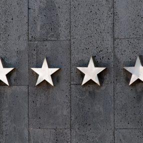 4 λευκά αστέρια στον τοίχο