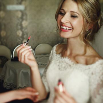 Una sposa nella suite di un hotel