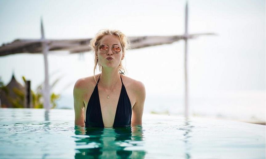 Mujer con bañador negro en una piscina