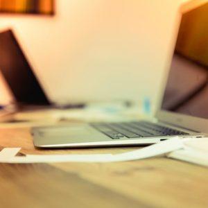 Foto de un Mac air en un mesa