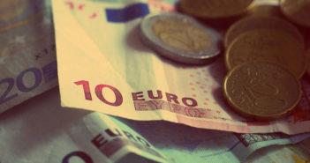 Foto con billetes y monedas de euro