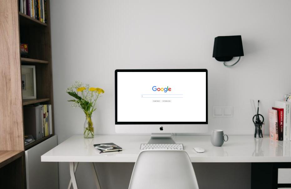 Computer sulla scrivania aperto sulla pagina Google