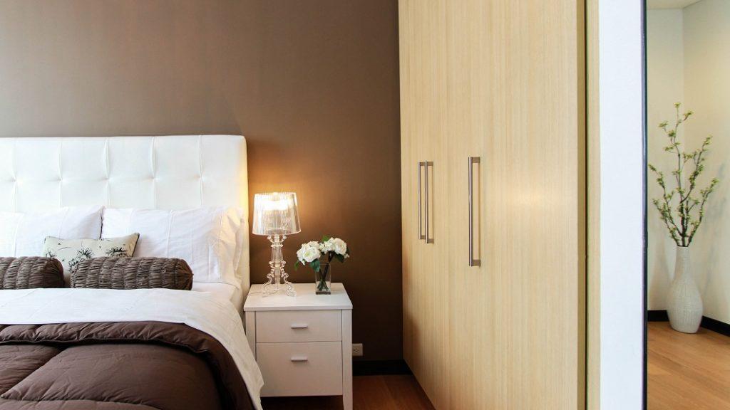 Une chambre d'hôtel moderne naturellement attrayante et confortable