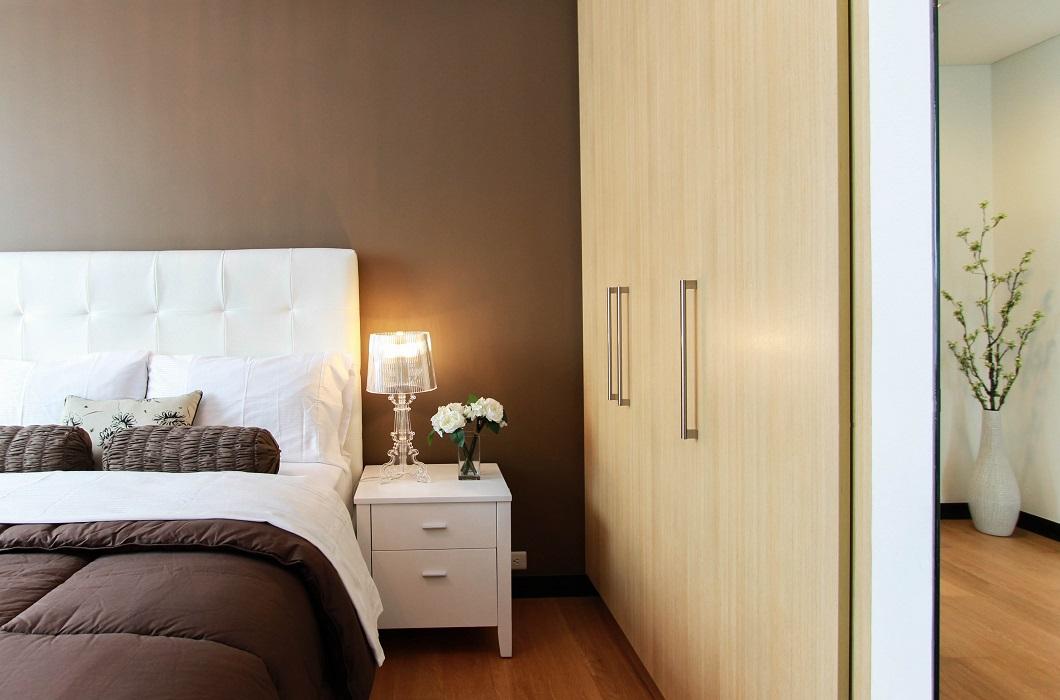 Cama marrón doble de hotel
