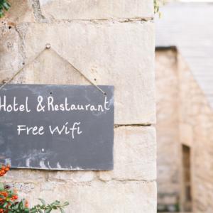 Cartello per hotel e ristorante con scritto Wi-Fi gratis