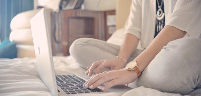 Viajera usando un chat en vivo en el ordenador portátil