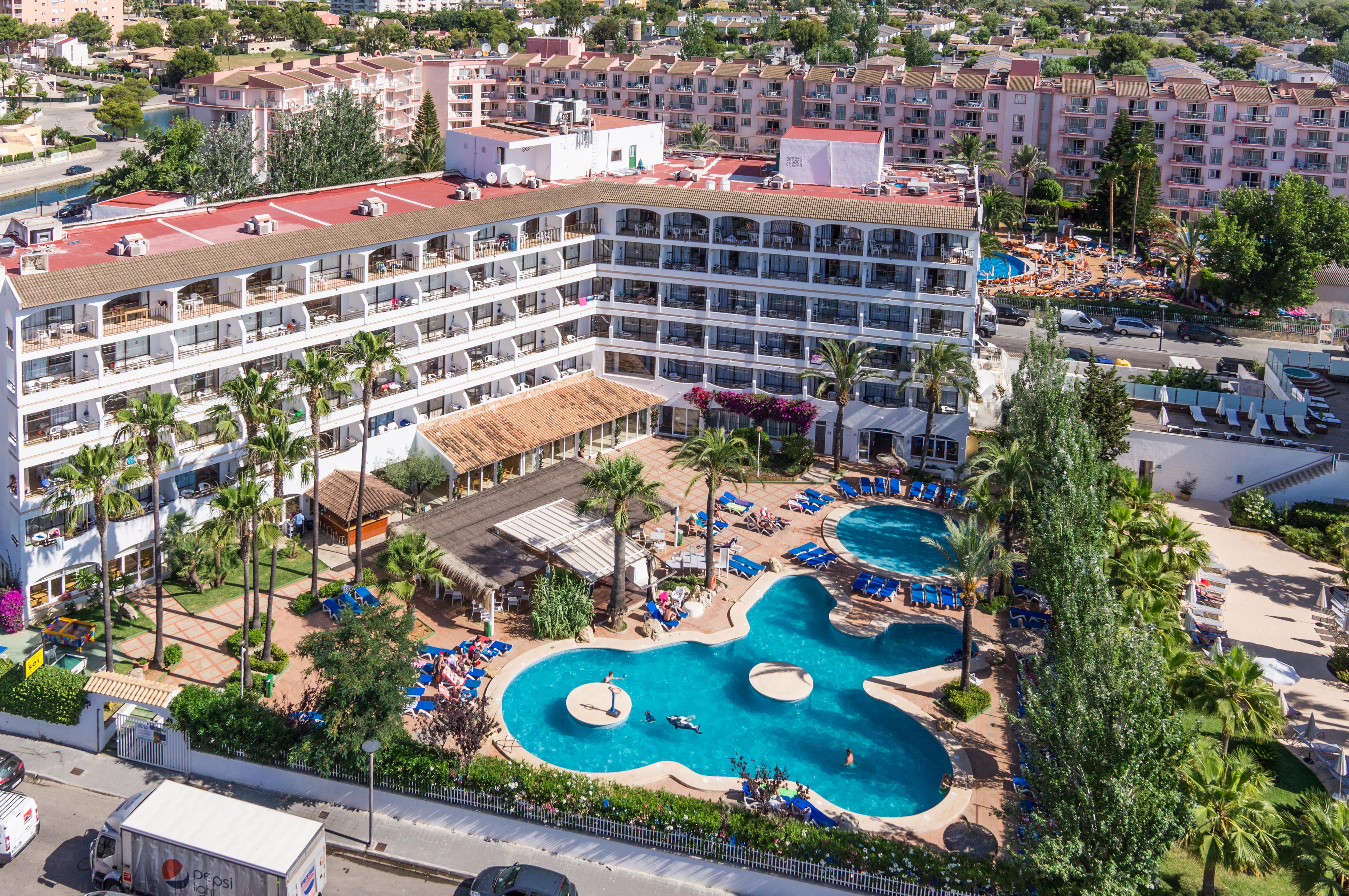 Foto aérea de un hotel con piscina