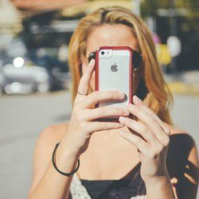 Viajante aponta smartphone para tirar fotografia