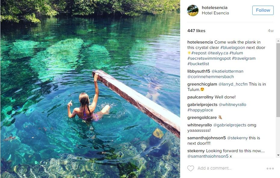 Foto di una donna che fa il bagno al lago in una destinazione esotica