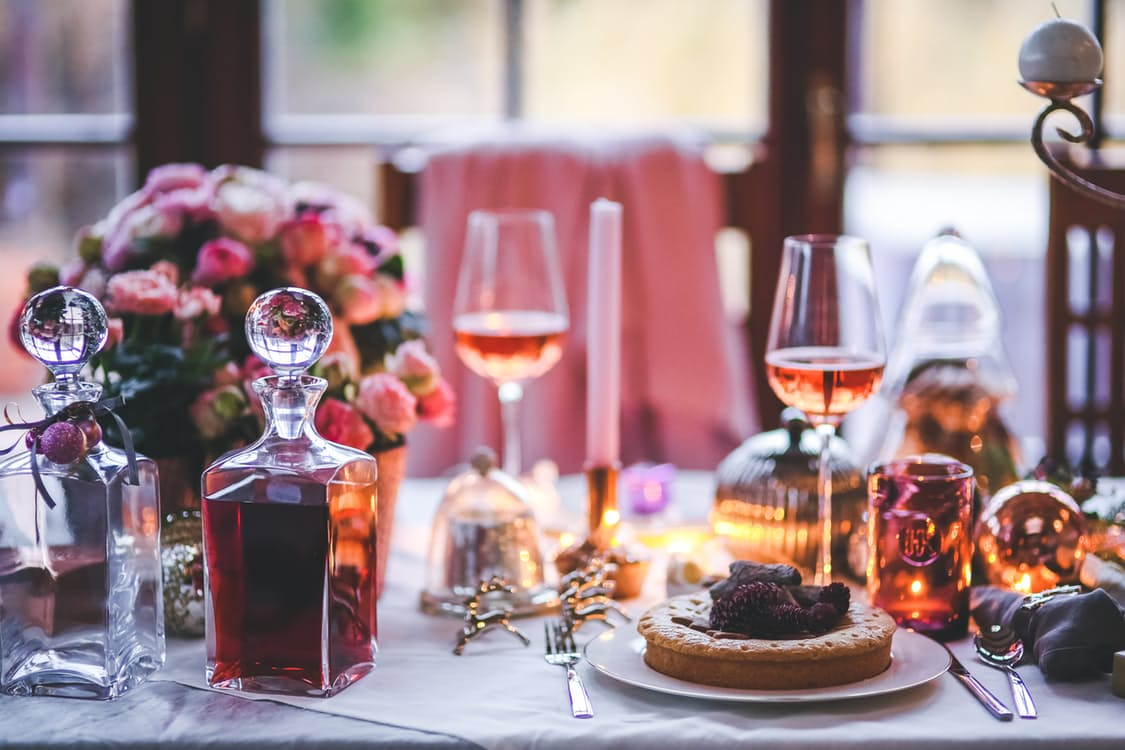 des fleurs, du vin et un délicieux repas