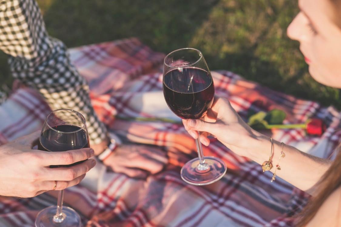 ένα ζευγάρι πίνει κρασί κατά τη διάρκεια ενός πικνίκ