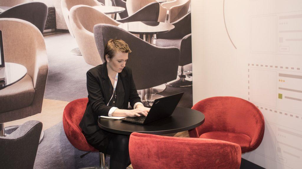 especialista em marketing de metabuscadores trabalhando com seu notebook na World Travel Market