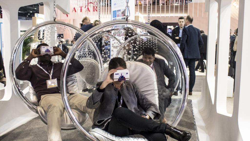 pessoas experimentam a realidade virtual no estande de Dubai, na WTM