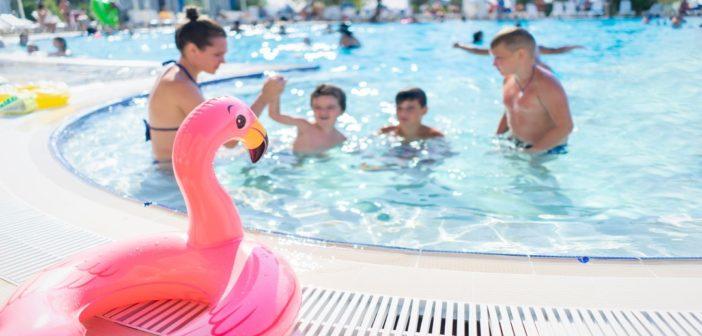 Une famille dans une piscine d'hôtel