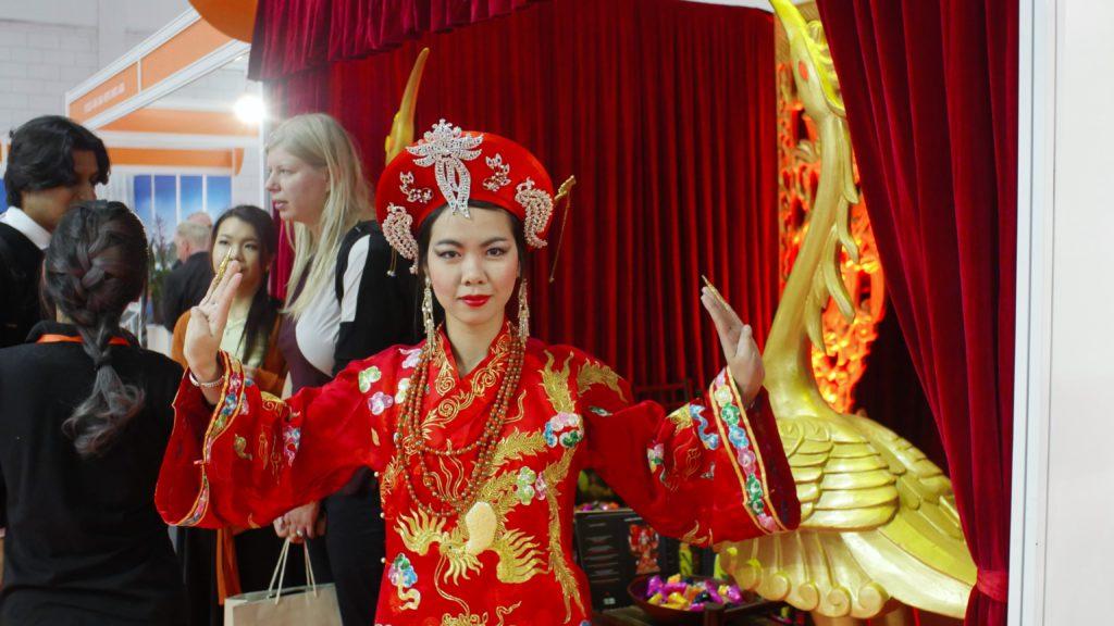 mulheres com trajes tradicionais asiáticos na World Travel Market
