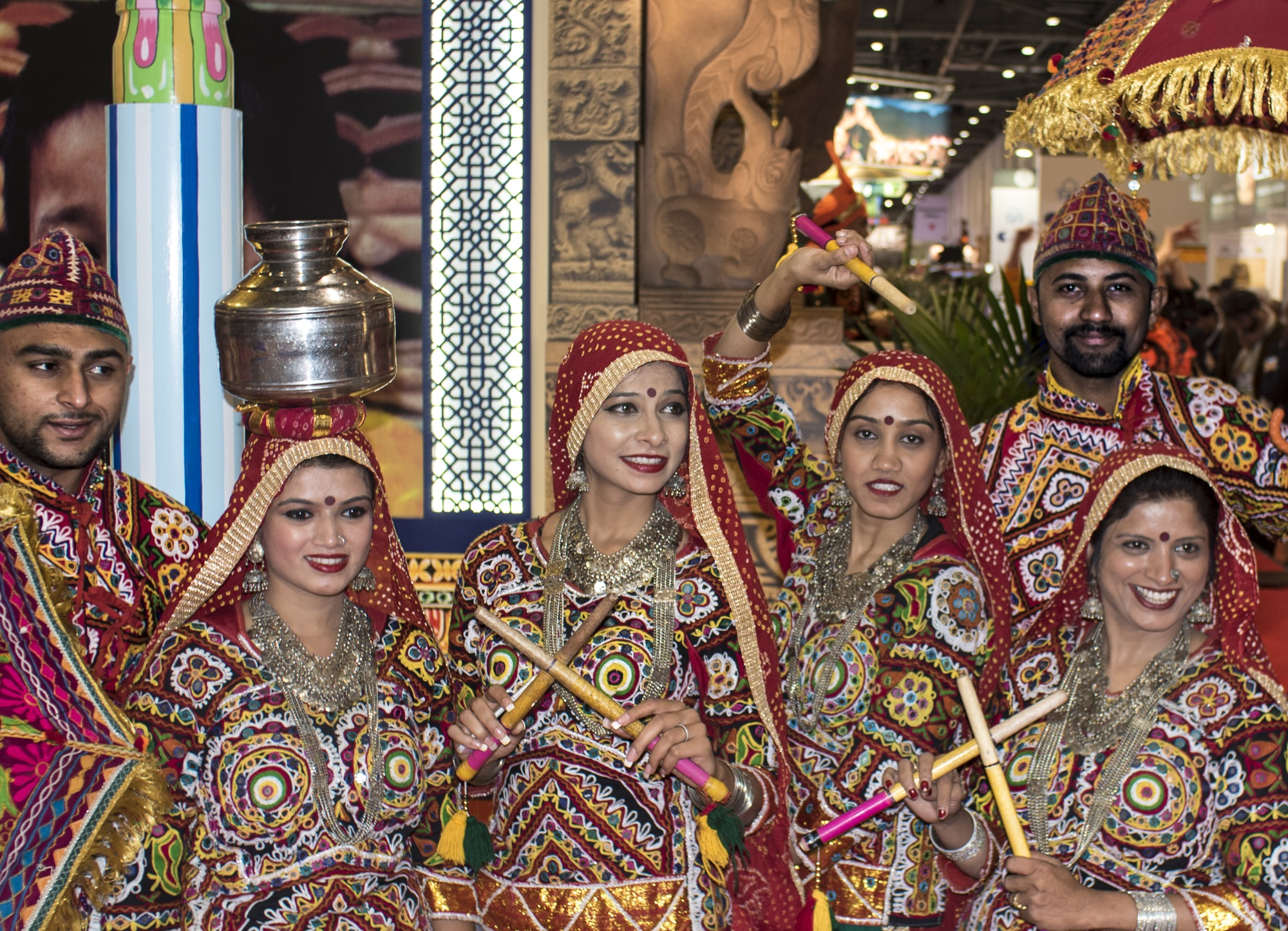 Eine Gruppe Leute auf dem World Travel Market in bunten traditionellen Outfits