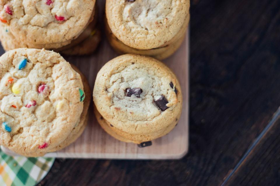 Bandeja con galletas recién sacadas del horno