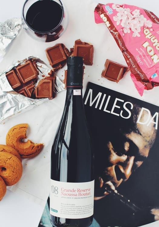 Accogli gli ospiti con cioccolato, vino, biscotti e una rivista