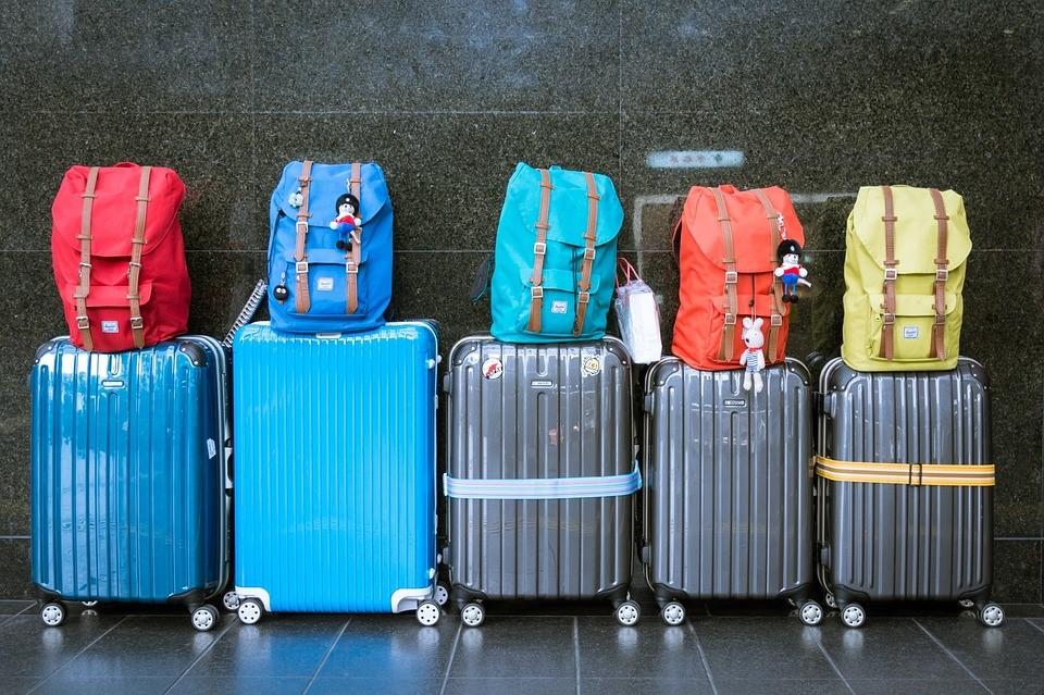 Fünf Koffer in einer Reihe