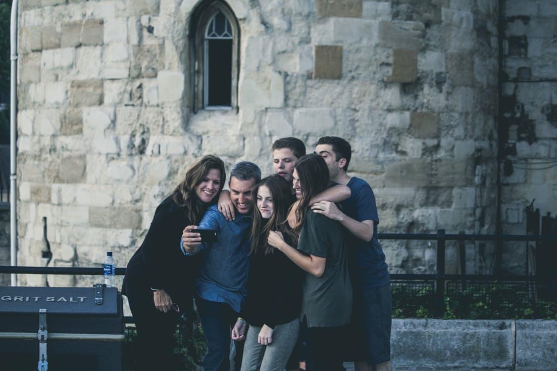 Una famiglia si scatta un selfie
