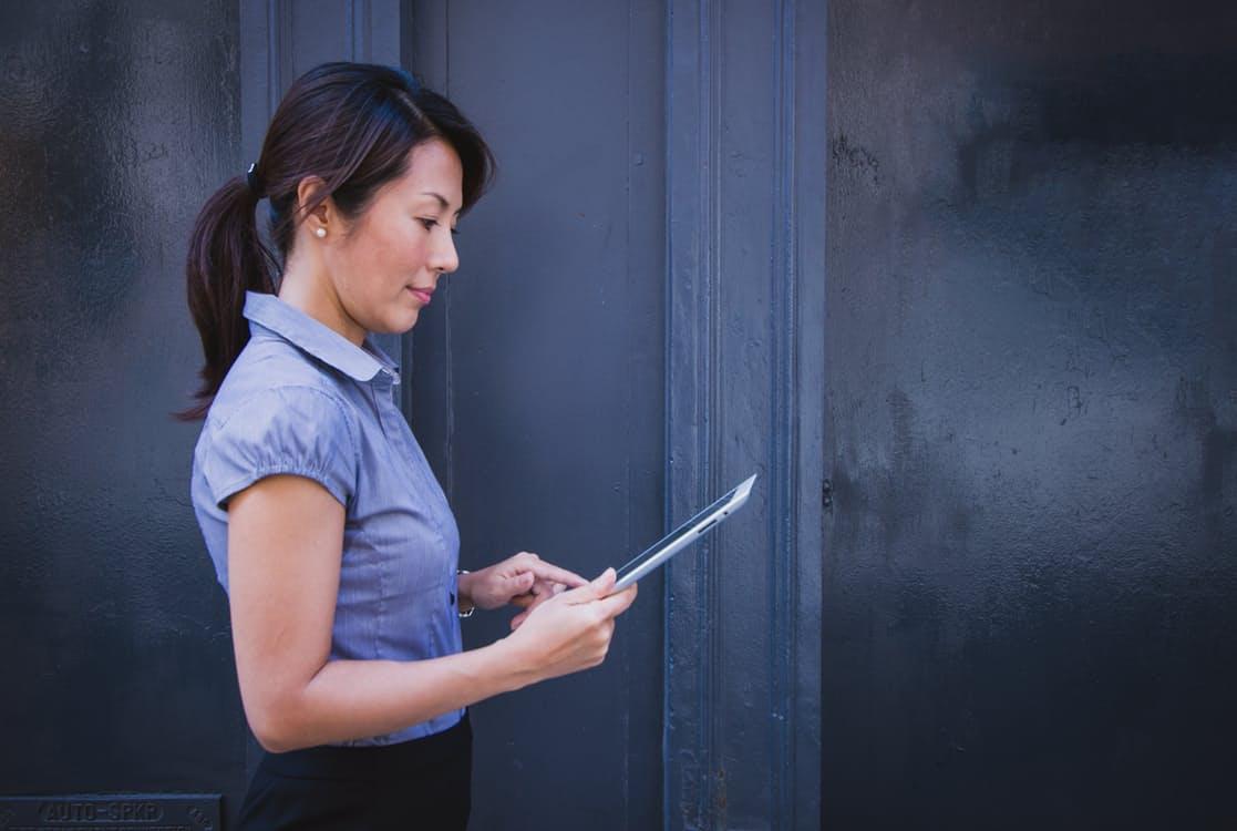 Una donna legge un articolo su un tablet