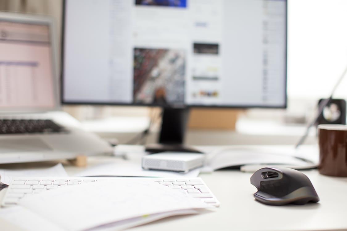 Una scrivania con un computer sullo sfondo