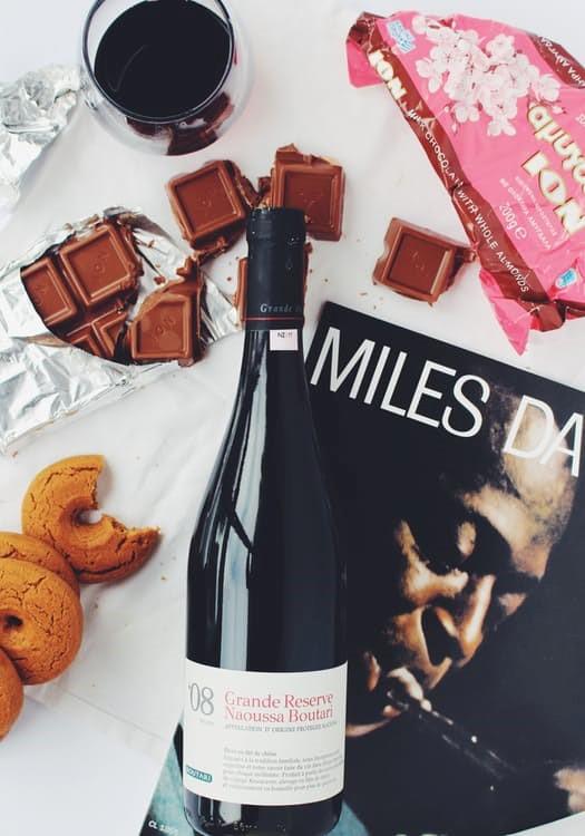 Schokolade, Wein, Kekse und eine Zeitschrift für Gäste