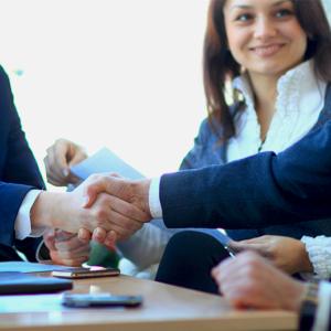 Geschäftsmänner und -frauen schütteln sich die Hände