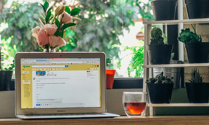Un ordinateur portable sur un comptoir de cuisine, paré pour une campagne marketing par courriel