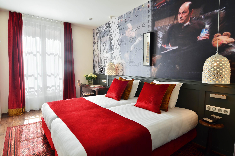 Chambre Twin avec rideaux en pourpre rouge