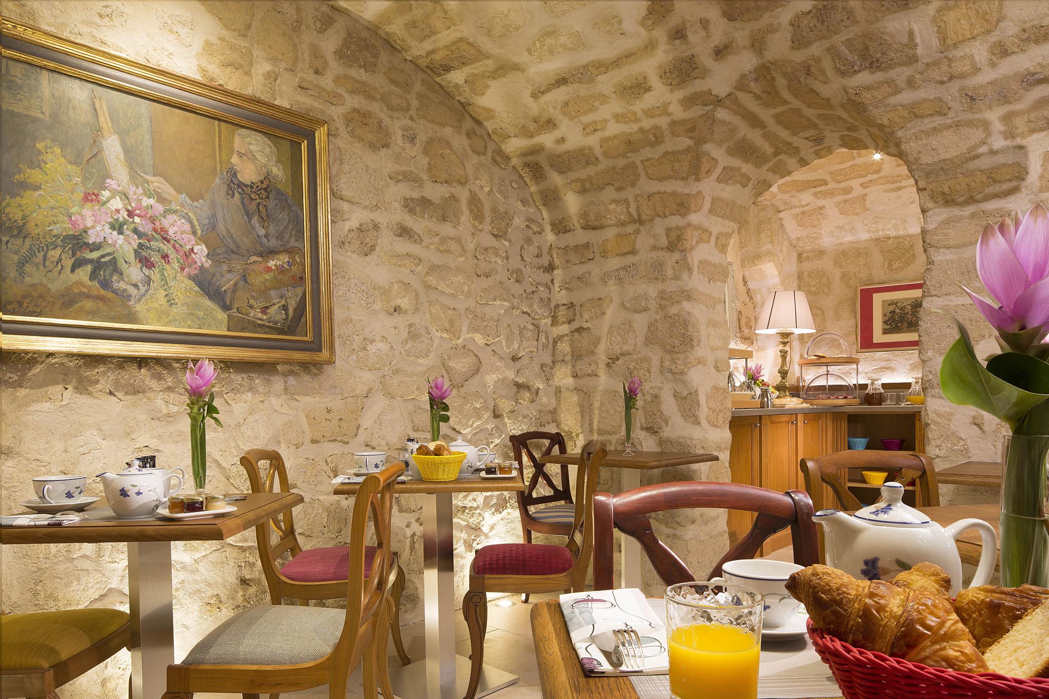 Le petit déjeuner est servi dans une salle en brique chaleureuse