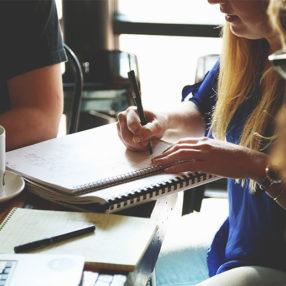 grupo de personas estudiando en un cafe