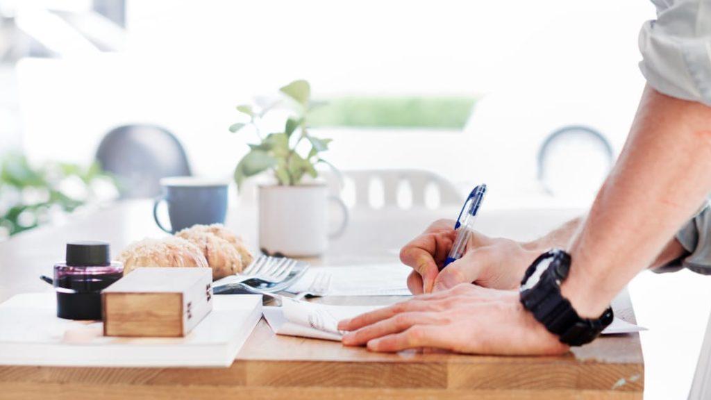 Un albergatore scrive una lista di azioni per migliorare la reputazione del suo hotel