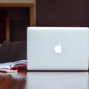 Ordenador mac con bloc de notas