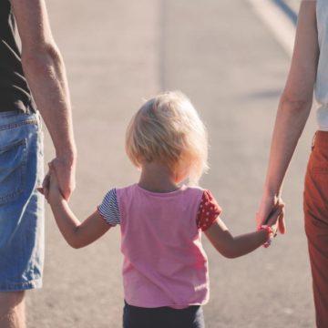 niña con padre y madre