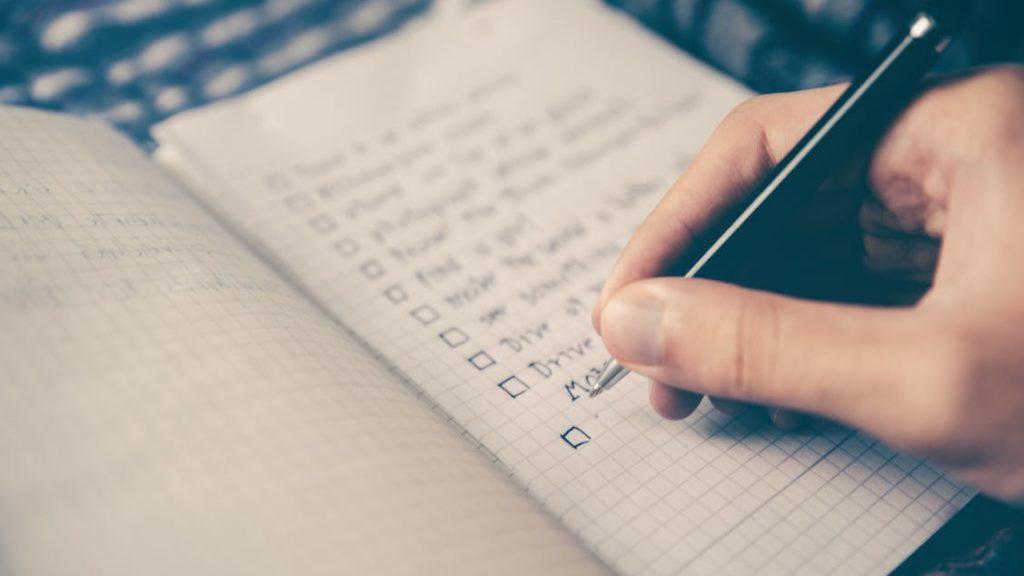 Un cuaderno con una lista de cosas pendientes