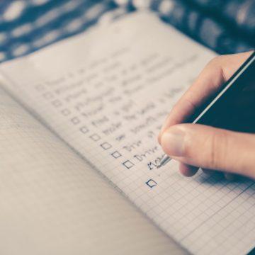 eine verschwommene Nahaufnahme einer Checkliste