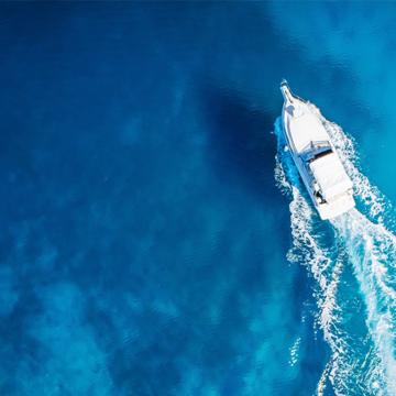 Un bateau sur la mer pendant les vacances d'été