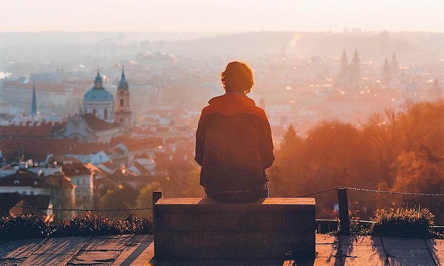 Ένας νεαρός ταξιδιώτης κοιτάζει τη θέα της πόλης