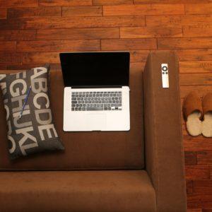 Computer su sofà - Metasearch e email marketing, webinar trivago e MailUp