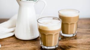 Δύο ποτήρια καφέ με γάλα