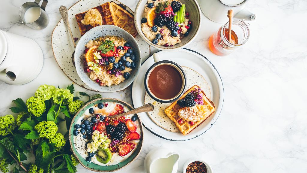 Café da manhã de hotel com alimentos indispensáveis
