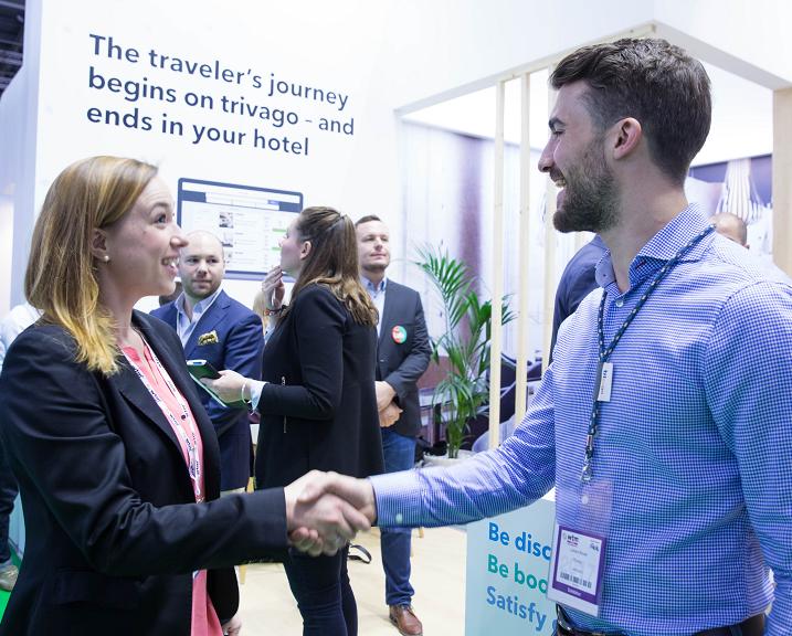 2. Un expert trivago serre la main d'un hôtelier sur le stand trivago au WTM de Londres 2017