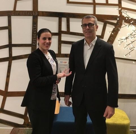 Dos personas sosteniendo un trivago Award 2018