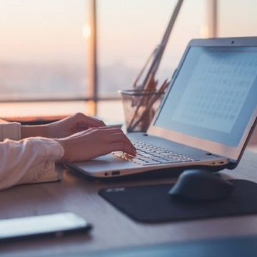 hotelier attends a trivago webinar on their laptop