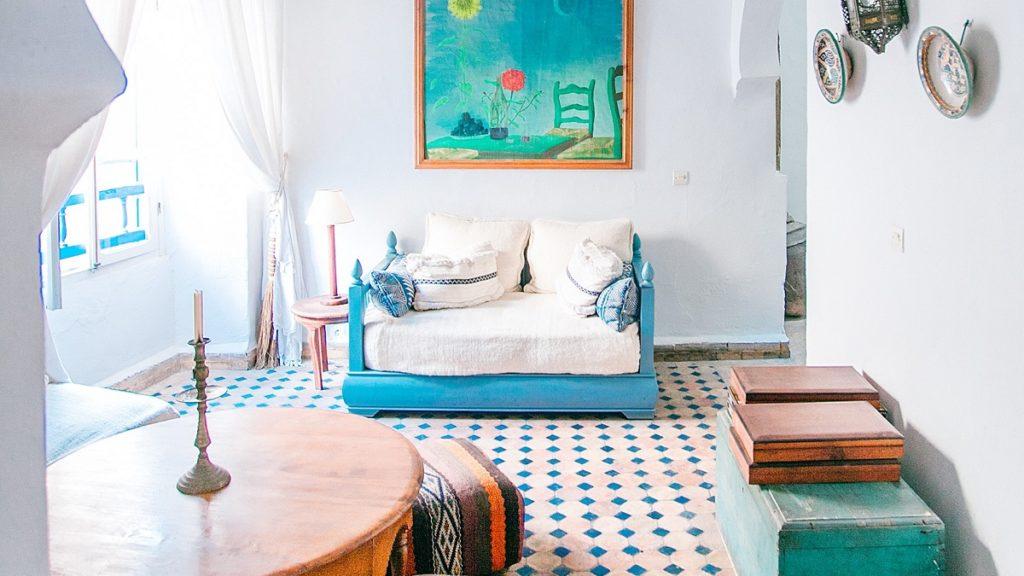 Farbenfrohes Hotelzimmer in Marokko