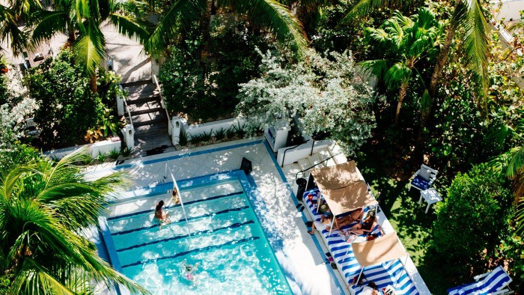 Η εξωτερική πισίνα ενός ξενοδοχείου, περιστοιχισμένη από δέντρα