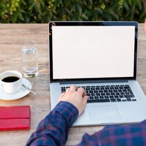 hombre delante de un ordenador tomando café