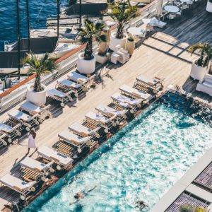 un hôtel au bord de la plage en été