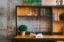 Ένα ράφι με βιβλία